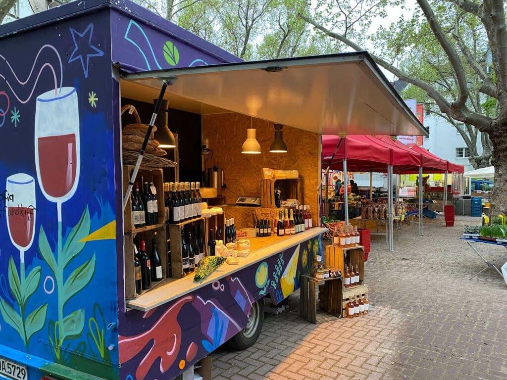 Wein & Käse in unserem Anhänger auf dem Wochenmarkt in Flingern